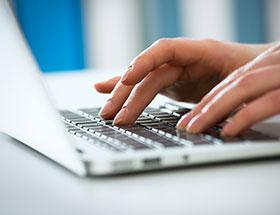 deux mains tapant sur un clavier